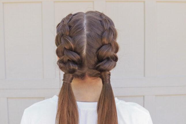 Gros plan arrière d'une fille aux longs cheveux bruns debout à l'extérieur de la modélisation